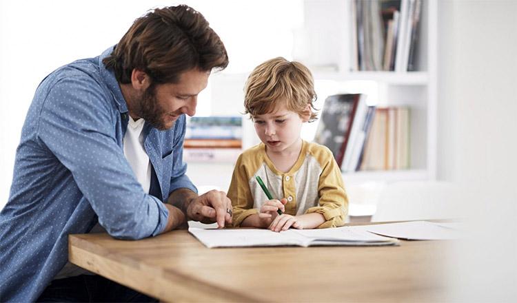 Отец с сыном за уроками
