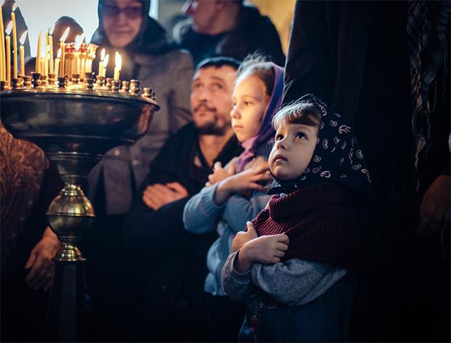 Родители с детьми в храме