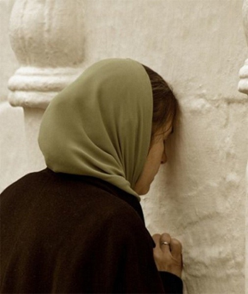 Женщина у стены