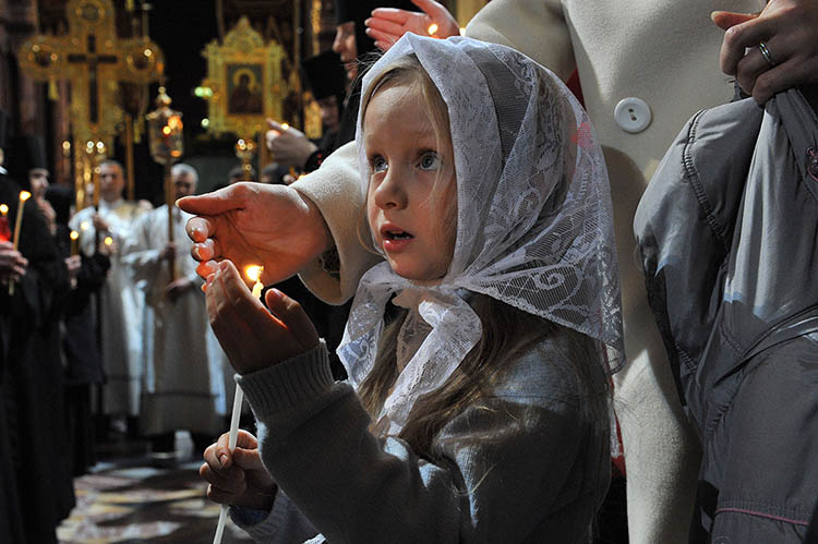 Девочка со свечой в храме