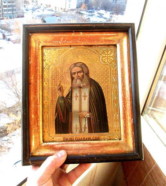 Икона преподобного Серафима Саровского в руке