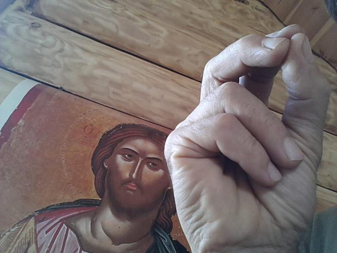 Крестное знамение перед образом Спасителя