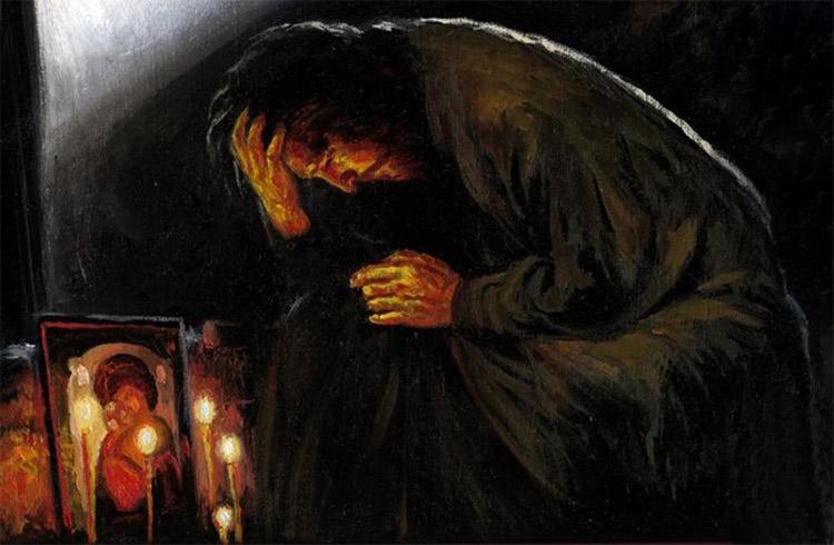 Молится у икон