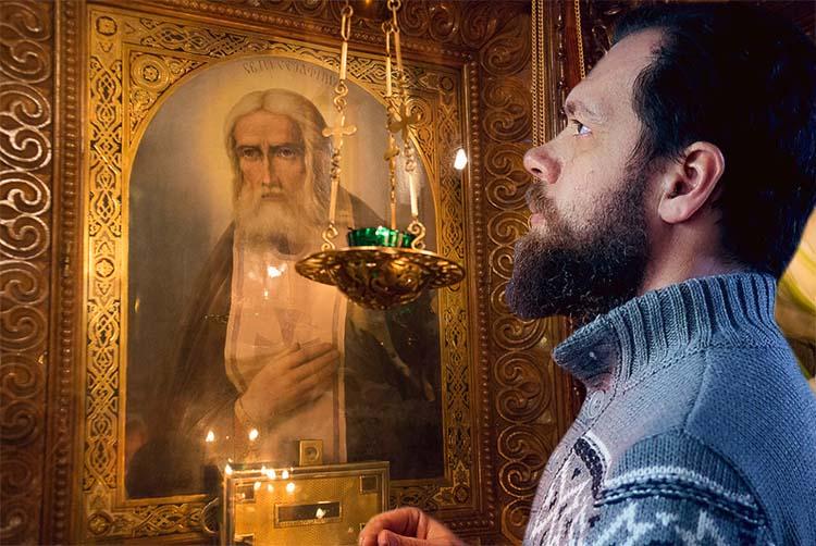 Мужчина перед иконой преподобного Серафима Саровского