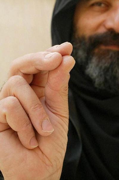 Сложил пальцы для Крестного знамения