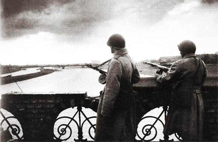 Советские автоматчики на мосту через Одер