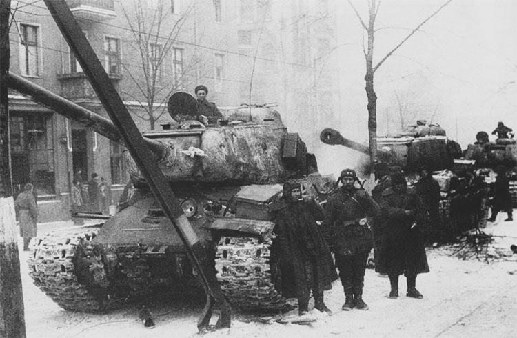 Советские тяжелые танки ИС-2 на улицах освобожденной Познани