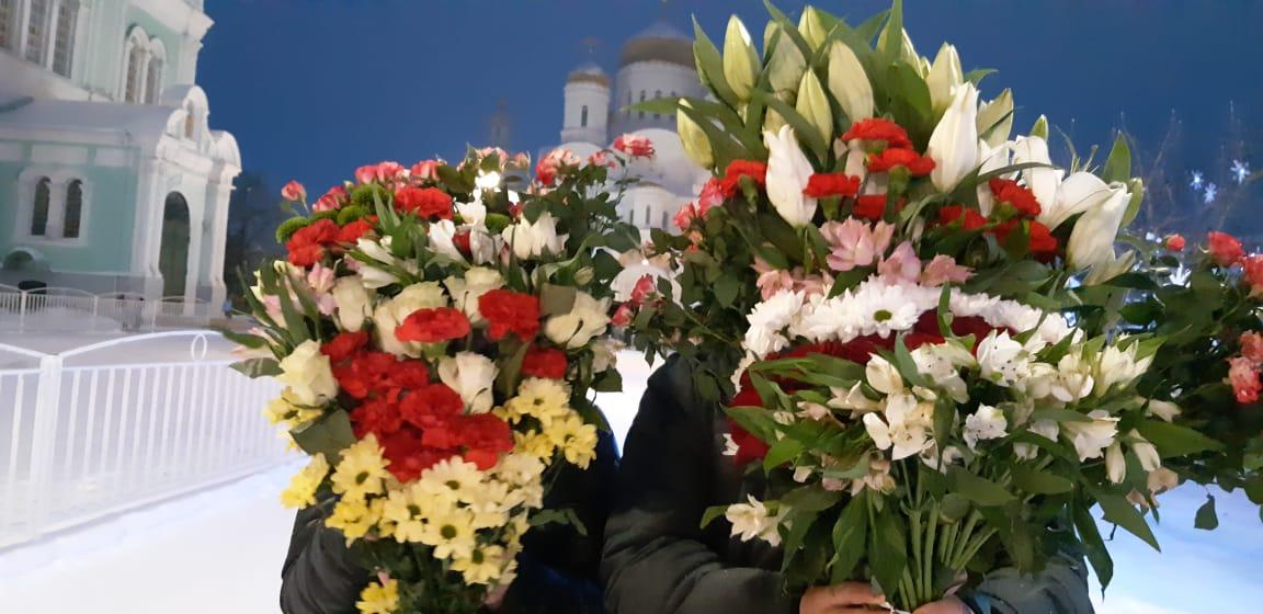Цветы батюшке Серафиму и Пресвятой Богородице