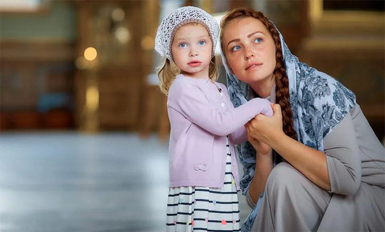 Женщина с девочкой в храме