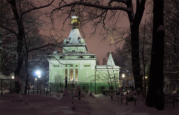 Часовня блаженной Ксении Петербургской поздним вечером