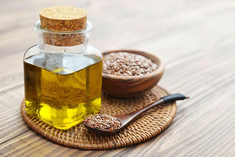 Льняное масло в баночке на столе