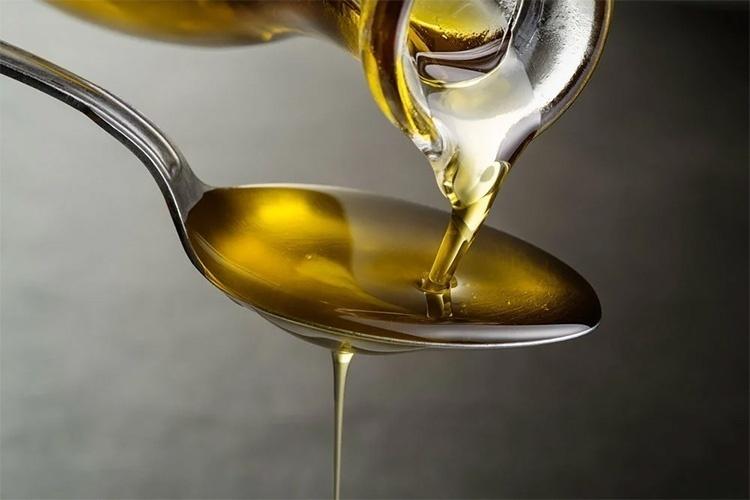 Льняное масло в ложке