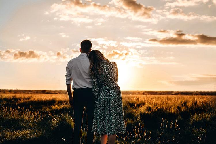 Мужчина и женщина смотрят на закат