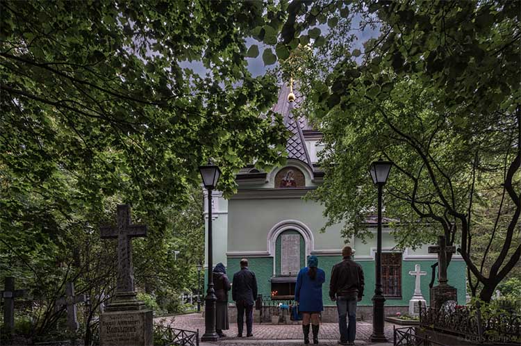 На Смоленском кладбище перед часовней блаженной Ксении Петербургской