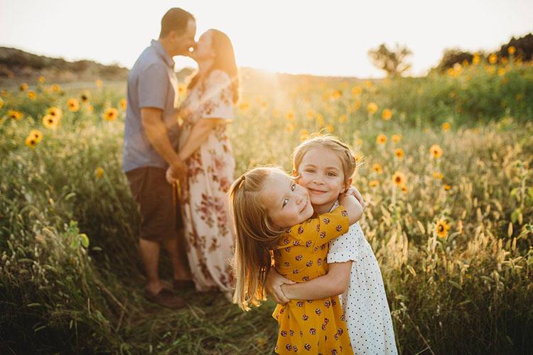 Родители с детьми в поле