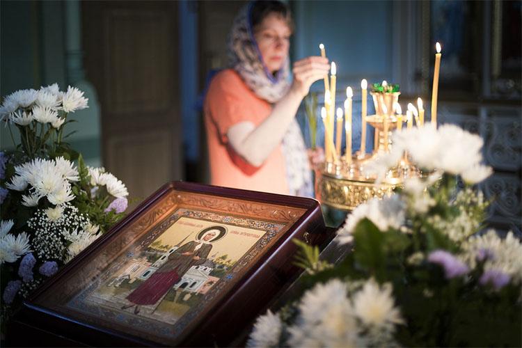 В храме у иконы блаженной Ксении Петербургской