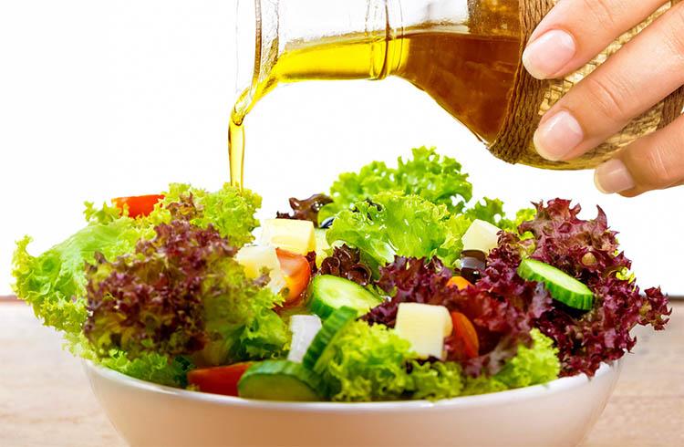 Заправка салата льняным маслом