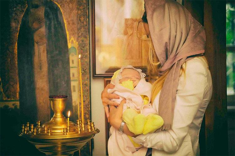 Женщина с ребенком в храме