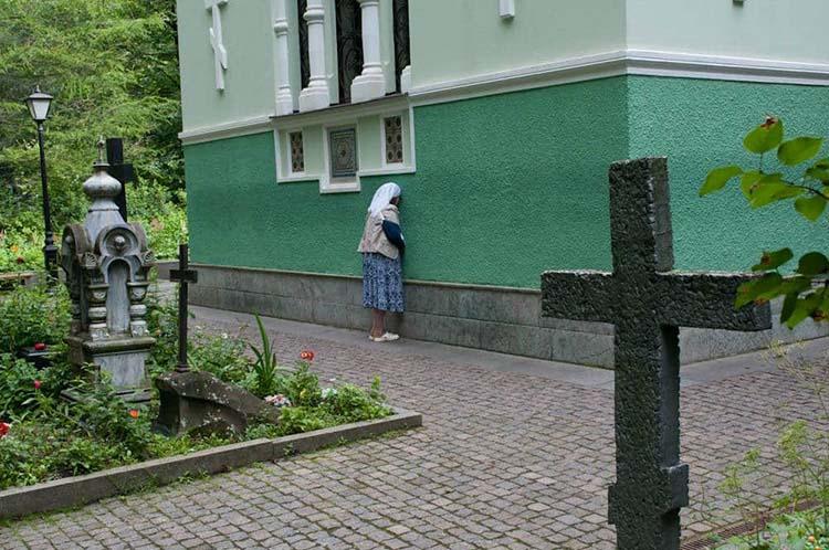 Женщина у часовни блаженной Ксении Петербургской