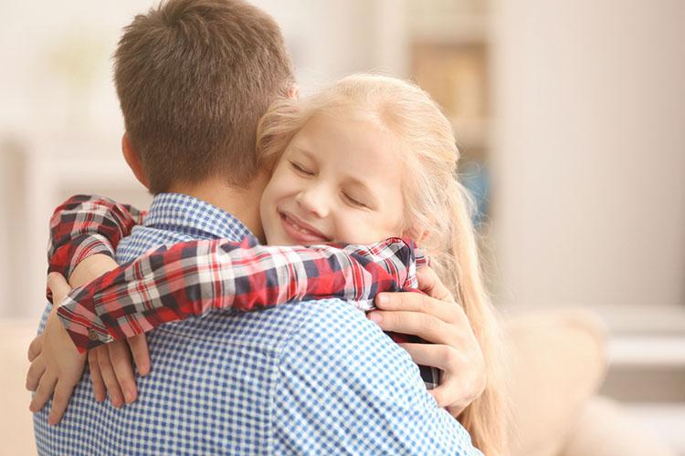 Дочка обнимает отца