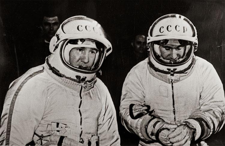 Леонов и Беляев перед посадкой в кабину корабля