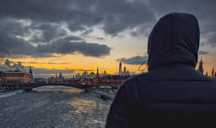 Мужчина на мосту в Москве