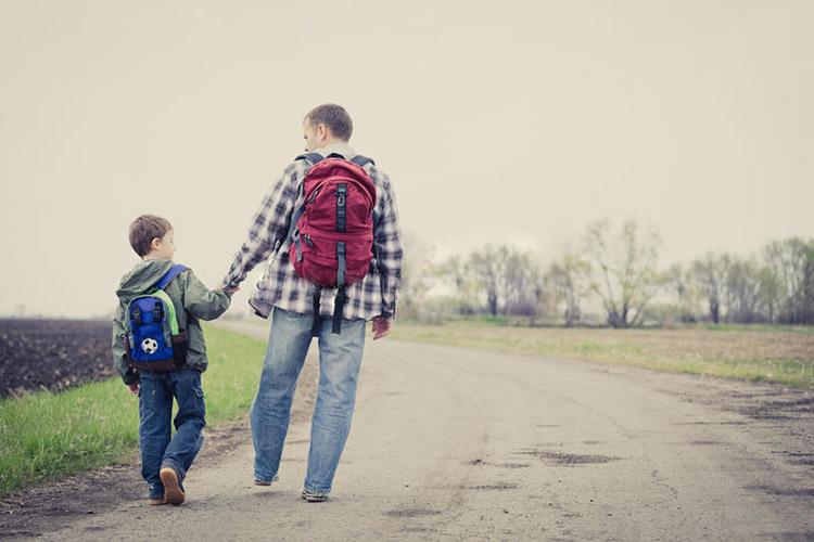 Отец и сын с рюкзаками