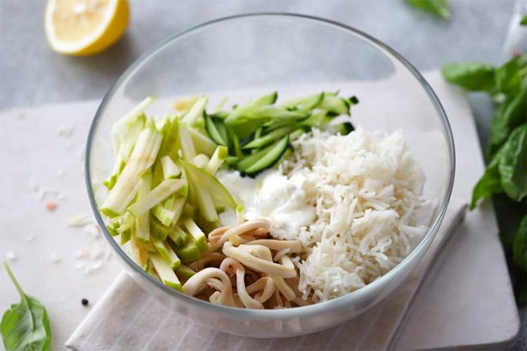 Рисовый салат с консервированным кальмаром