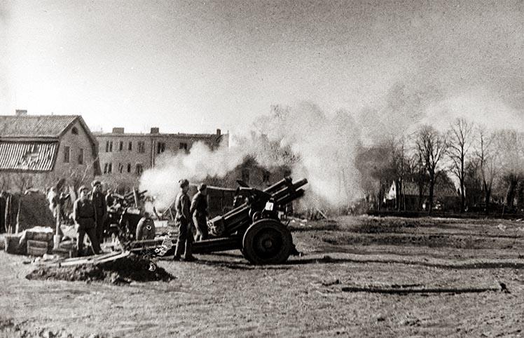 Батарея советских 122-мм гаубиц огонь по противнику в Восточной Пруссии