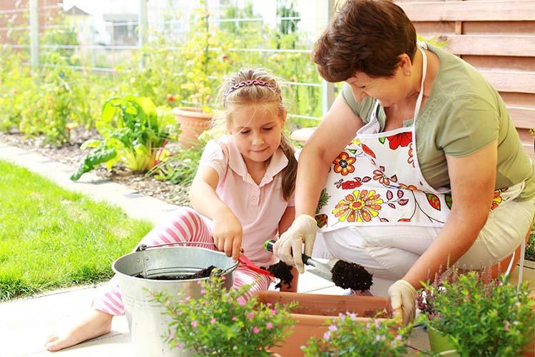 Девочка помогает на огороде