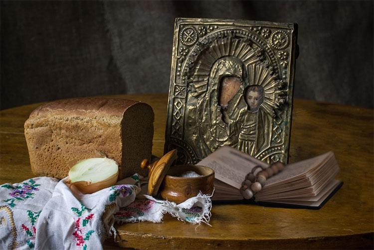 Икона, хлеб, молитвослов