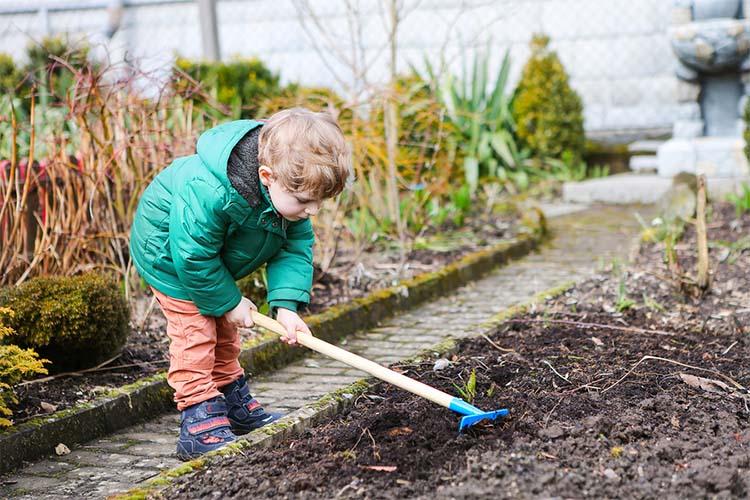 Мальчик помогает на даче