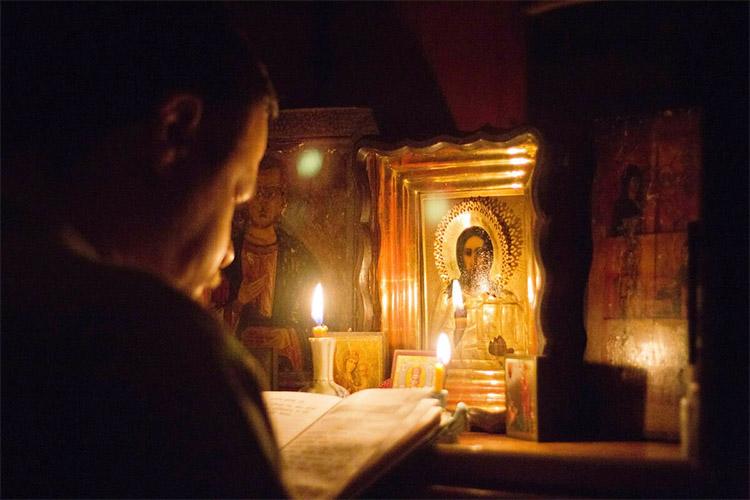 Молитва дома перед иконами