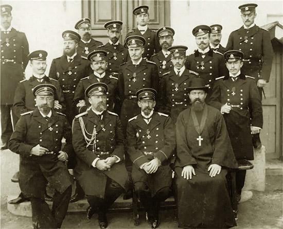 Офицеры крейсера «Варяг», и священник иеромонах Михаил Руднев