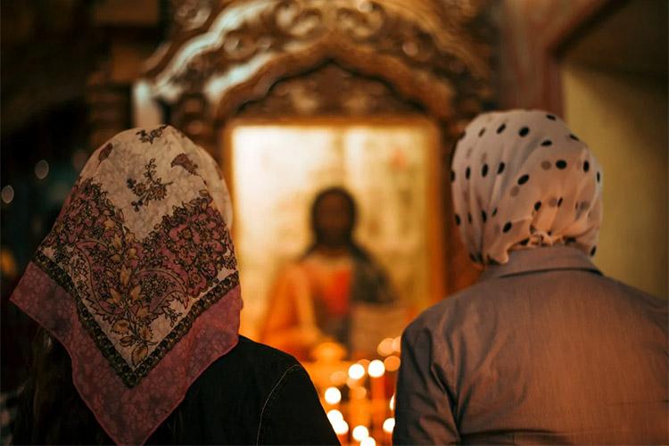 Перед образом Спасителя в храме