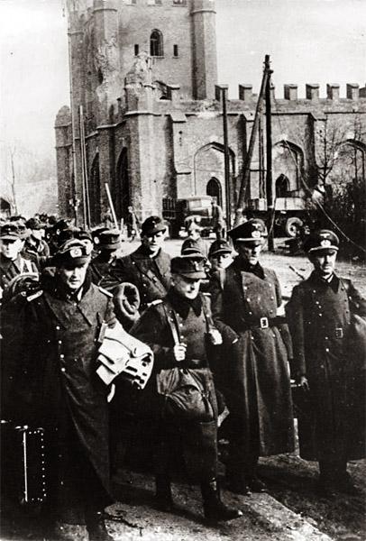Пленные немецкие солдаты и офицеры у Королевских ворот Кенигсберга