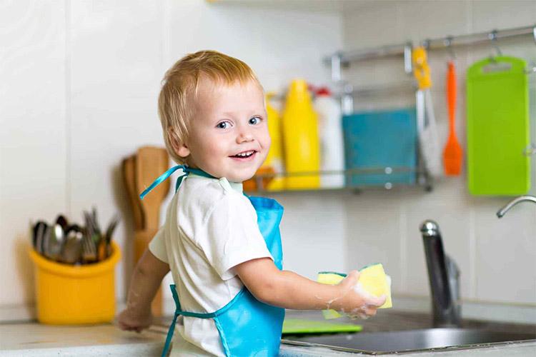 Помогает мыть посуду