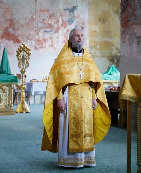 Священник в золотом облачении