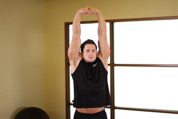 Упражнение «Потягивание» руки в замке