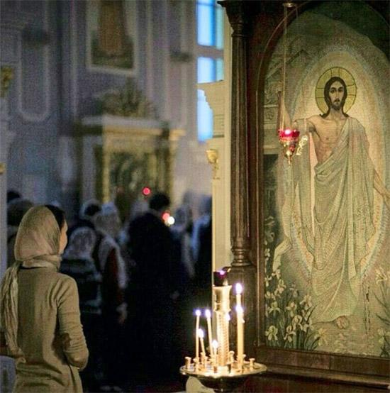 Женщина перед образом Спасителя в храме