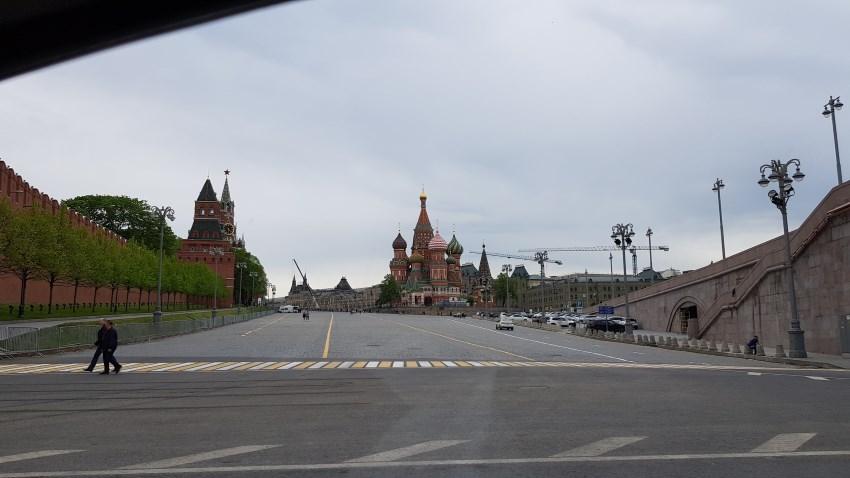 Храм Василия Блаженного (на дальнем плане)