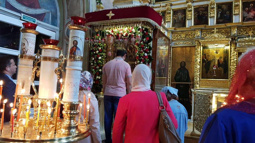 Пред Чудотворной иконой Божией Матери - Нечаянная Радость