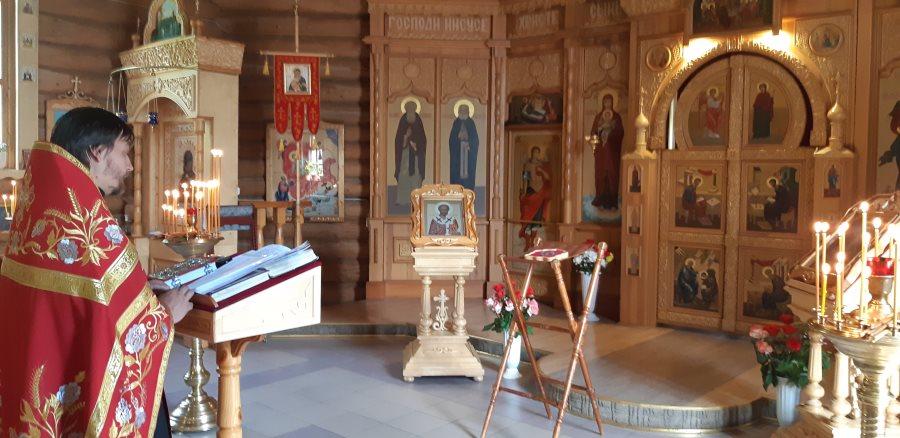 Отец Димитрий совершает Молебен святителю Николаю