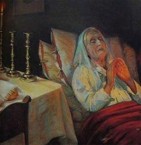 Бабушка молится в постели