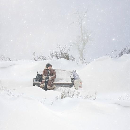 Бабушка на скамейке зимой