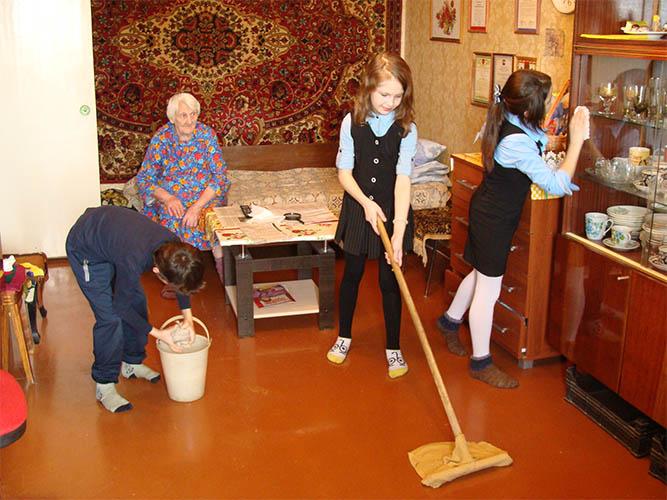 Дети помогают старикам