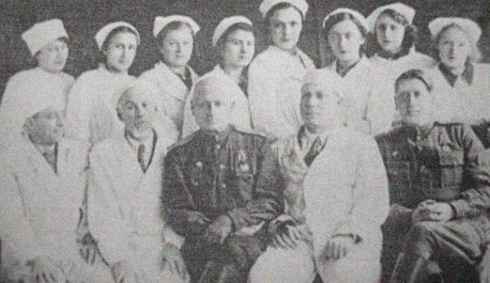 Главный хирург Т. Е. Гнилорыбов с коллегами