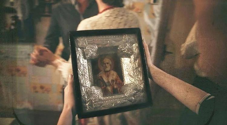 Икона Николая Чудотворца в руках