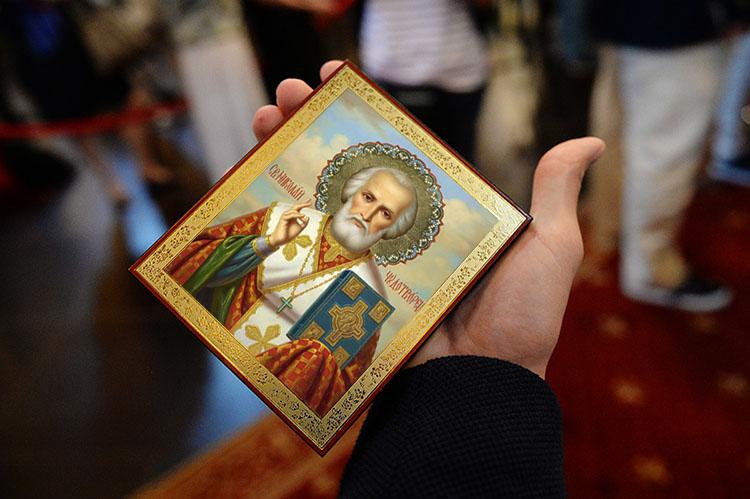 Икона святителя Николая в руке