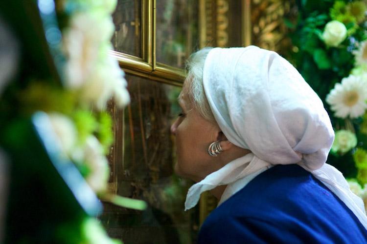 Перед иконой Божьей Матери «Нечаянная Радость»